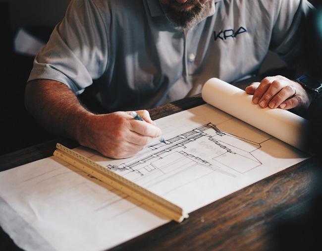 Architecte réalisant un plan